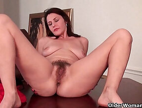 Mature gives her hairy pussy a workout